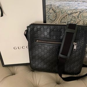 86770c86711 Gucci signature leather messenger